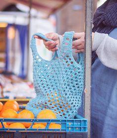 Gehaakte boodschappentas gemaakt door Wolplein. Heel leuk haakpatroon voor een reuze handige tas die altijd van pas komt. Crochet Motifs, Diy Crochet, Crafty Projects, Crochet Projects, Ibiza Fashion, Market Bag, Knitted Bags, Knit Patterns, Purse Wallet