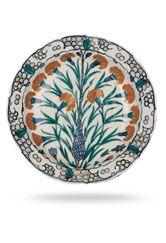 Aynı zamanda Osmanlı hat ve tezhip sanatından örnekler de vitrinlerde yer almaktadır.