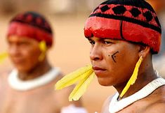 The Xingu Indians use black (genipap) and red (urucum) dyes to stain their face and hair. We Are The World, People Around The World, Indian Project, Xingu, Trail Of Tears, Native American Photos, Tribal People, Country Women, American Spirit