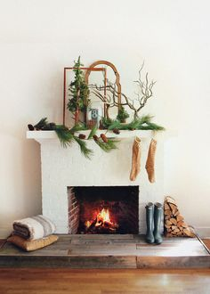 Celebrate the holidays with Simple Christmas Decoration Ideas. Set the fest holiday mood with our Christmas Decoration Home ideas. Christmas Abbott, Noel Christmas, Merry Little Christmas, Winter Christmas, Christmas Crafts, Christmas Decorations, Christmas Fireplace, Simple Christmas, White Fireplace