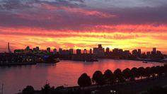 De horizon van Rotterdam werd vanavond gesierd door een rode gloed.