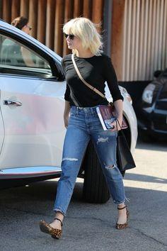 Emma Stone Pulls a Taylor Swift, Goes Platinum Blonde Emma Stone Blonde, Emma Stone Hair, Emma Stone Style, Cream Blonde Hair, Platinum Blonde Hair Color, Fashion Tv, Star Fashion, Fashion Outfits, Taylor Swift