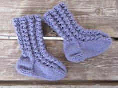 Vanuttunut Villasukka: Pörrin pitsineuleiset sukat ja lapaset Knitting Socks, Baby Knitting, Knit Baby Dress, Boot Cuffs, Knit Crochet, Diy And Crafts, Baby Kids, Decor, Threading