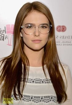 Zoey Deutch ◈ Gafas ● Lunettes ● Eyeglasses ◈ by Arros Caldos Cute Glasses, Girls With Glasses, Glasses Frames, Glasses Outfit, Glasses Style, Zoey Deutch, Look Street Style, Glasses Online, Womens Glasses