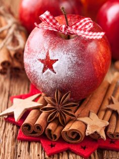Pack of 20 napkins baked apple, 33 x 33 cm- Pack Servietten Bratapfel, 33 x 33 cm Pack of 20 napkins Christmas & Advent – with the motif: baked apple with checked ribbon, cinnamon sticks, anise and decorative stars in red / brown - Noel Christmas, Little Christmas, Country Christmas, Christmas And New Year, Winter Christmas, All Things Christmas, Christmas Bulbs, Christmas Crafts, Christmas Decorations