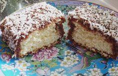 Vynikající a velmi oblíbené obalované kokosové řezy. Lahodný čokoládový krém, ve kterém se obalují, dodají tímto řezem fantastickou chuť!