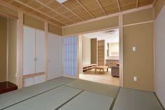 趣きのある竿縁イナゴ天井。藁入の聚楽壁が落ち着きを与えます。押入、仏間、床の間が規律正しく並び、きれいに納まりました。
