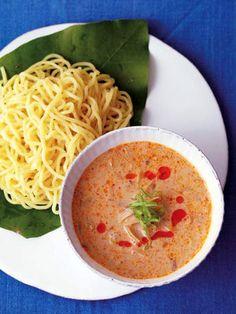 ピリッと辛い豆乳つけ麺、どっさり野菜と一緒にどうぞ。 『ELLE a table』はおしゃれで簡単なレシピが満載!