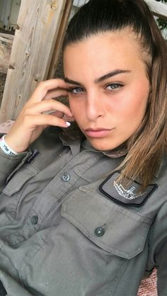 Young And Beautiful, Beautiful Women, Israeli Girls, Idf Women, Military Workout, Female Soldier, Military Women, Girls Uniforms, Hair Accessories