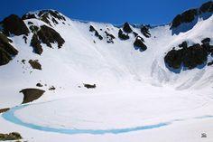 Comenzando a deshelarse la laguna de fuentes carrionas que permaneció helada y bajo la nieve durante el invierno.