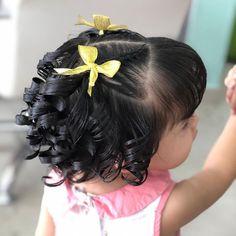 La imagen puede contener: una o varias personas Wedding Hairstyles For Girls, Easy Little Girl Hairstyles, Wedding Hairstyles Tutorial, Baby Girl Hairstyles, Kids Braided Hairstyles, Cute Hairstyles, Braids For Kids, Braids For Long Hair, Toddler Curly Hair