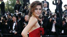 """Alyson Le Borges en robe Armani à la montée des marches de """"Blood Ties"""" au Festival de Cannes 2013."""