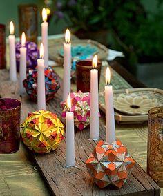 O jantar é oriental? As velas, supersimples, e as bolas de origami enfeitam o centro da mesa