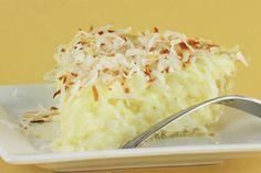 Bolo de Beijinho Fácil: Experimente essa receita! Ingredientes: 1 lata de leite condensado 4 ovos 100 g de coco ralado 1 colher (chá) de fermento em pó Margarina e farinha de trigo para untar Açúcar para polvilhar Cobertura: Leite condensado Coco ralado Modo de Preparo: Bata todos os ingredientes no liquidificador e coloque em uma