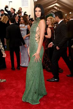 Kendall Jenner Beaded Dress - Kendall Jenner sparkled at the Met Gala in a Calvin Klein beaded gown. Vestido Calvin Klein, Calvin Klein Gown, Gala Dresses, Red Carpet Dresses, Nice Dresses, Kendall Jenner Estilo, Kendall Jenner Outfits, Kris Jenner, Crystal Gown