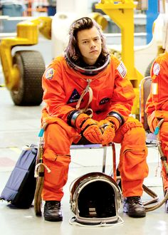 I've never seen someone look so hot in an atsronaut's suit . Like fuck you harry you've ruined me Harry Styles Baby, Harry Styles Pictures, Harry Edward Styles, Crush Crush, This Man, Niall Und Harry, Foto One, Harry Styles Wallpaper, Mr Style