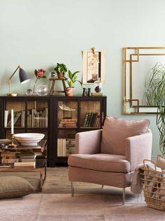 Julia Lux -nojatuoli, Hyde Park -sohvapöytä, Boknäs Scandic -vitriini, Gubi Gräshoppa -valaisin, Mirror Morris -peili