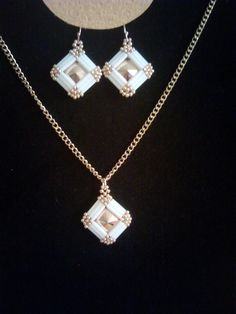 Pandantiv si cercei din cristale Swarovski si margele Toho. Beaded Jewelry, Handmade Jewelry, Beaded Necklace, Jewelry Sets, Jewelry Making, Necklace Set, Pendant Necklace, Shoe Pattern, Bugle Beads
