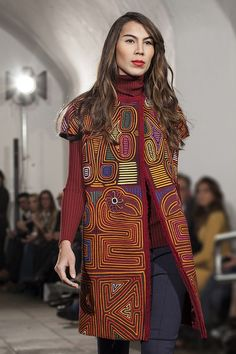 "The KUNA Indians, mythical residents from ""El Darien"" the border zone between Colombia and Panama, have created a technique in cotton known as the ""Mola"". Iranian Women Fashion, Russian Fashion, African Fashion, Ankara Fashion, African Men, African Style, Vogue Fashion, Fashion Wear, Fashion Dresses"