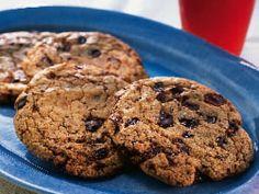 Chocolate chip cookies I receptet står 16 kakor. Jag gjorde 36 och de blev gigantiska för de flöt ut så skippa mjölken nästa gång kanske...