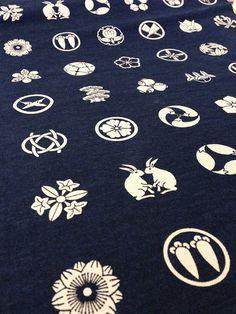 HALF YARD Japanese Olympus Wagara family crests indigo and cream cotton fabric Japanese Textiles, Japanese Fabric, Japanese Family Crest, Japanese Symbol, Japanese Flowers, Japanese Waves, Art Folder, Japanese Design, Crests