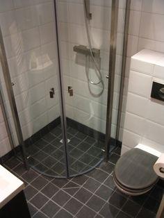 Ontwerp van kleine badkamer 203x228cm met tegels in een natuursteen look doorlopende zitbank - Douche kleine ruimte ...