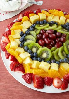 Blend Sunburst Fruit Salad – Drizzled with a creamy honey-citrus sauce, our artfully arranged fruit salad almost looks too pretty to eat (Almost. Fruit Salad Recipes, Dessert Recipes, Fruit Salads, Jello Salads, Easter Recipes, Fruit Dishes, Fruit Trays, Food Platters, Kraft Recipes