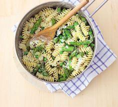 eenvoudige, lekkere en gezonde spaghetti. houd je wel aan de hoeveelheden (te veel erwtjes is niet goed voor jou). zorg voor magere kaas met kruiden (type boursin om te koken, bestaat ook in light). ok hier kan je veel van je (gehakte) kruiden bij doen. doe de kruiden er wal pas op het einde bij