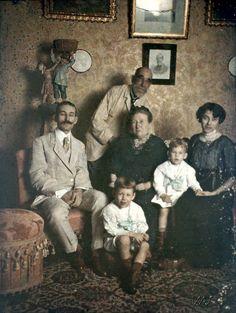 Marc Ferrez (em pé), sua esposa Marie, o filho Julio com a esposa Claire e os filhos Gilberto e Eduardo, circa 1914.