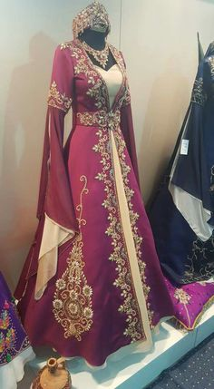 Ropa Tutorial and Ideas Wedding Dresses For Girls, Bridal Dresses, Bridesmaid Dresses, Turkish Wedding Dress, Moroccan Bride, Black Lace Gown, Fantasy Gowns, Arab Fashion, Kurti Designs Party Wear