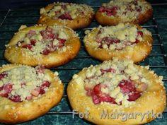 Kulinarne Szaleństwa Margarytki: Drożdżówki z truskawkami, rabarbarem i kruszonką