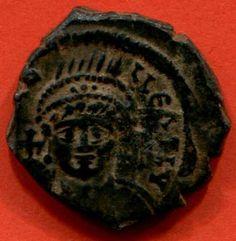 """Justinien 1° Decanummium en bronze, Theoupolis (Antioche) an XXXVII Poids 4,81 g- IVOIRE BARBERINI, 3) IDENTIFICATION DE L'EMPEREUR. 3.3: COPIE ATHENIENNE DU MOTIF DE L'IVOIRE BARBERINI, 5: La position prééminente d'un barbare traditionnellement identifié comme un Perse aussi bien que le rapprochement avec le groupe statuaire de l'Augustaion incitent à considérer que c'est la """"paix perpétuelle""""..."""