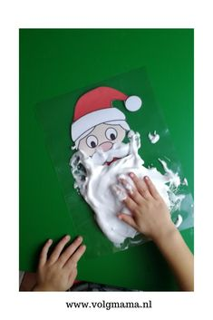 Kerstman baard maken met scheerschuim. Leuke sensomotorische activiteit voor peuters en kleuters. Spel voor thema kerst. Voor thuis en in de klas.   #sensory #kerstknutselen #kerst #sensoryplay