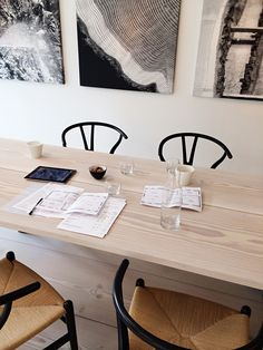 Take two wide-planked boards, cut to size. Stain/seal and find two saw horses = dining table. Stools, bench, or chairs. Scandinavian Kitchen, Scandinavian Interior, Contemporary Interior, Inspiration Design, Interior Inspiration, Dining Area, Dining Room, Up House, Interiores Design