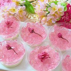 桜がついに開花♡ 同僚の誘いで久しぶりに院時代の恩師に会いに行くことになり、手土産に桜スイーツ2種を作りました。 こちらは、賞味期限間近になっていた生活クラブの杏仁豆腐の素を活用し、桜のクラッシュゼリーをのせたお手軽ゼリー♪ 桜と杏仁って、どうかしら?と思いましたが、意外に違和感なくマッチ(^-^)/ もしかしたら、ミルクゼリーとかよりかえって相性良いかも知れません。 持ち運ぶので、容器は蓋がしまるダイソーの透明カップを使いました。
