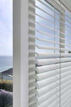 CPH Blinds stilfulde persienner kan fås i farverne hvid, sort og sølv. Blinds, Curtains, Home Decor, Decoration Home, Room Decor, Shades Blinds, Blind, Draping, Home Interior Design