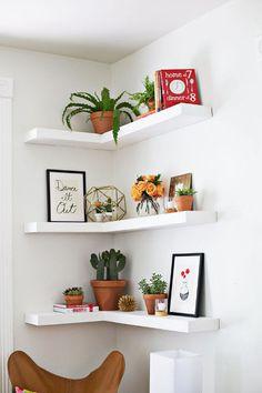 A DICA DAS QUARTAS - Os cantos também podem ser aproveitados com prateleiras, rentabilizando assim o espaço para decoração ou arrumação.