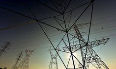 Mais de quatro anos depois de a presidente Dilma Rousseff intervir no setor elétrico para reduzir a conta de luz em 20% — queda que foi anulada por aumentos que ultrapassaram 50% em 2015 —, um novo esqueleto do setor elétrico ganhou corpo ontem. A Agência Nacional de Energia Elétrica (Aneel) bateu o martelo e definiu em R$ 62,2 bilhões o valor de indenizações a transmissoras de energia. O consumidor vai arcar com esta fatura nas contas de luz até 2025.