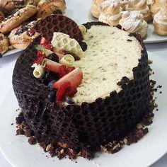 Kolejny #tort, który przygotowaliśmy na kursie ❤ Tym razem o smaku pieczonej białej czekolady , z dodatkiem frużeliny z malin 🍓🍫🍰 Jak dla mnie to mistrzostwo świata - jeden z najlepszych tortów, jakie w życiu jadłam! . #ksr #torty #birthdaycake #birthdaycakes #chocolatelovers #chocolatecake #chocolates #czekolada #truskawki #tortczekoladowy #kurscukierniczy #patisserie #cukiernik #cukiernictwo #patissier Waffles, Breakfast, Recipes, Food, Haha, Chocolates, Meal, Rezepte, Essen