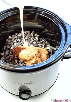 broth fondue recipes Slow Cooker Chocolate Peanut Butter Fondue ~ a decadent, glossy, chocolate dessert recipe kissed with peanut butter, the perfect crock pot dip for your favorit Crockpot Fondue, Crock Pot Dips, Crockpot Dessert Recipes, Crock Pot Desserts, Slow Cooker Recipes, Cheese Recipes, Chocolate Peanut Butter Fondue Recipe, Peanut Butter Dip, Chocolate Desserts
