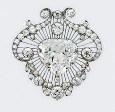 Mittelpunkt dieser Brosche ist unzweifelhaft der Cullinan V (18,8 ct.). Dieses Schmuckstück wurde besonders häufig von Queen Mary getragen – und seit 1953 von Queen Elizabeth II.