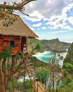 Di Pulau Bali, kita akan sering menemukan tempat baru dan ada spot baru nih di Nusa Penida namanya Molenteng Tree House!! Rumah pohon ini merupakan struktur baru di pantai Atuh, yaitu pantai yang terkenal dengan pemandangan pulau-pulau kecil sekitarnya dan berada di atas tebing. Rumah ini dibangun di atas pohon dan biaya masuknya Rp 5000 yaa guys! . . Photo by @angelineshuu Photo location : Molenteng Tree House, Pelilit, Tanglad, Nusa Penida