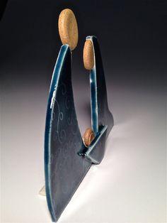 Cette crèche de la Nativité est la poterie artisanale ; une scène de crèche autoportantes, une pièce faisant ses débuts de mon nouveau style contemporain, parfait pour les collectionneurs ! Combinant Buff moucheté avec une argile blanche, chaque œuvre dart est roulé, texturé et assemblé par moi dans mon studio dArizona. Après le premier voyage dans le four, les organes et la crèche sont enduites avec mon nouveau bleu paon avant son deuxième cuisson à 2 250 degrés. Supports arrière sont…