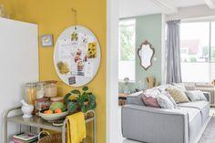 Muur decoratie ideeën voor de gele achterwand in de keuken