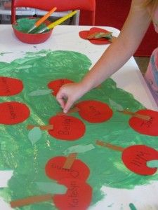 Working together to make a friendship apple tree by Teach Preschool