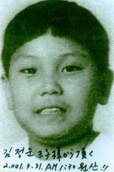 Nacido el 8 de enero de 1983, Kim Jong-un es el hijo más joven de Kim Jong-il. Se cree que estudió en Suiza, cerca de Berna, viviendo bajo una identidad falsa. Permaneció en Suiza hasta que regresó a Corea del Norte para estudiar en la Universidad Kim Il-sung de Pyongyang de 2002 a 2007.