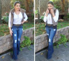 http://sabrinaforte.com/wp-content/uploads/2016/08/look-casual-jeans-flare-destroyed-colete-pelos.jpg