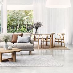 Modern Coastal is a seaside, coastal-inspired interior design style that mixes natural materials like Rattan, linen, jute and natural timber to complete the look. Decor, Coastal Interiors, Living Room Decor, Home Decor, House Interior, Interior Design Styles, Summer Living Room, Interior Design, Coastal Interiors Design