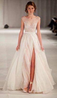 Paolo Sebastian short sleeve wedding dress.deze jurk, prachtig, en dan in het rood, met iets minder split, yes