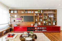 """Móveis de drywall: 25 soluções para ambientes - """" As prateleiras de madeira foram encaixadas num fundo em drywall, que também sustentou a TV e facilitou a passagem dos fios, neste projeto da Rima Arquitetura & Design."""" - Casa"""